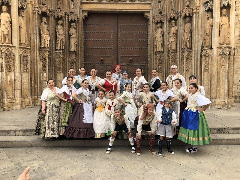 Nuestro grupo de Bailes Regionales en la Plaza de la Virgen