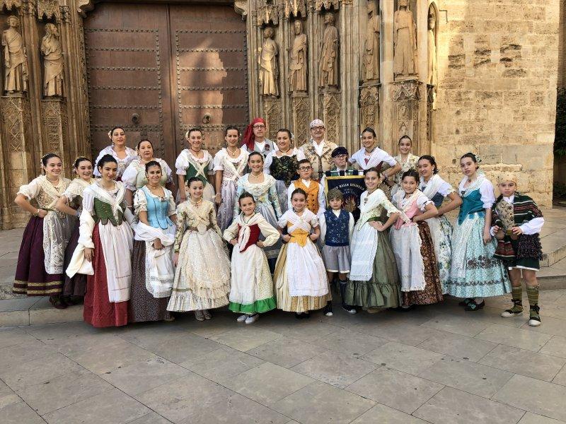 Nuestro grupo de bailes en la Plaza de la Virgen